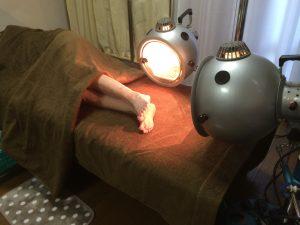 光線療法の様子(タオルケットは見やすいように外しています)